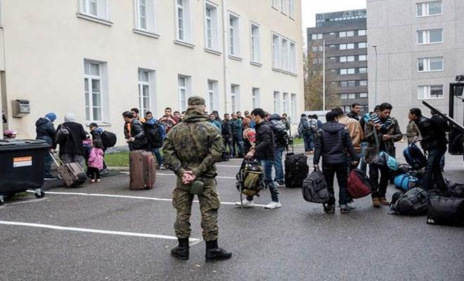 Joukko 17 vuotiaita nuoria naisia ja lapsia saapumassa Tornioon
